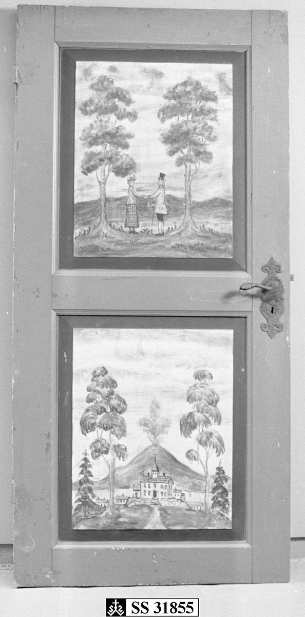 En bonderød dør i gran med to fyllinger. Motivene på fyllingene er på den øvre, mann og kvinne i gammel- dagse klær og den nederste, et  hus med trær og ildsprutende vulkan i bakgrunn. Døren har akantus formet smijernbeslag omkring dørvrideren og nøkkel- hullet.
