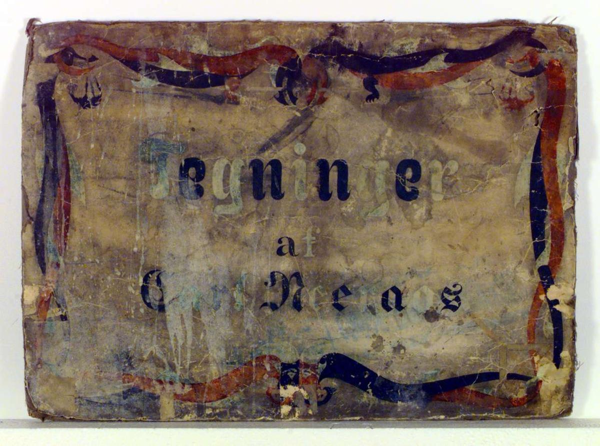 Delvis ødelagt plakat med tekst som er omgitt av dekor i svungne linjer.Plakaten er malt med vannfarger som er tildels sterkt avslitt.