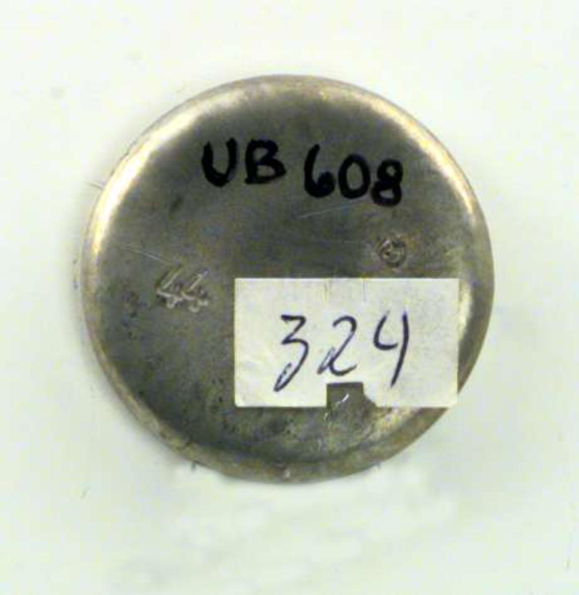 Medaljong i sølv. Motivet på medaljongen er en kirke og den har inskripsjonen SCT. HANS 1981.