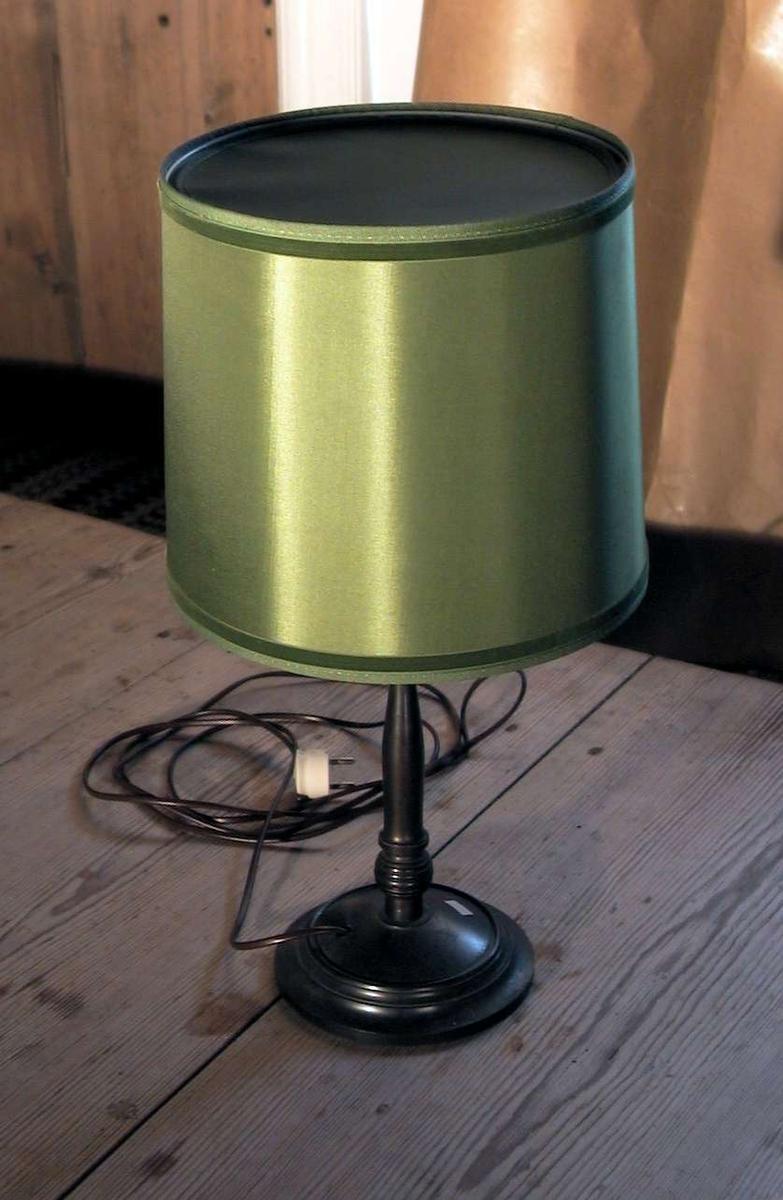 Bordlampe med grønn skjerm.