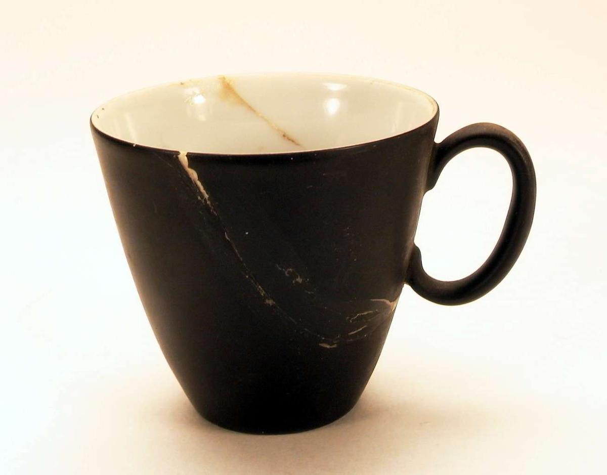 Mokkakopp med sort og hvit glasur.
