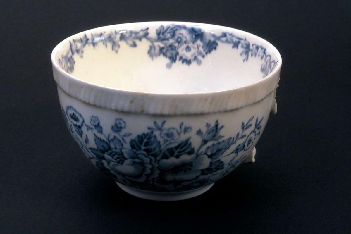 Tekopp med blomsterdekor i blått.