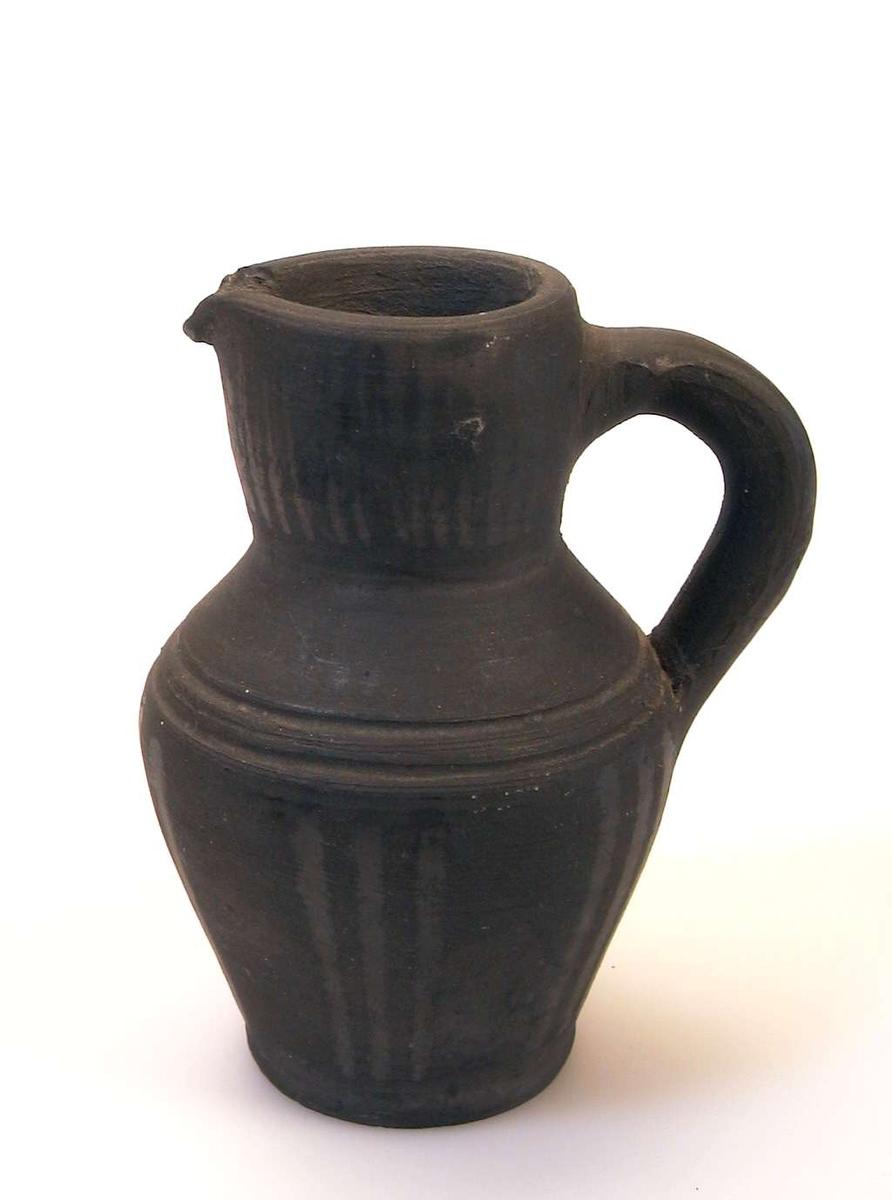 Liten mugge i keramikk.