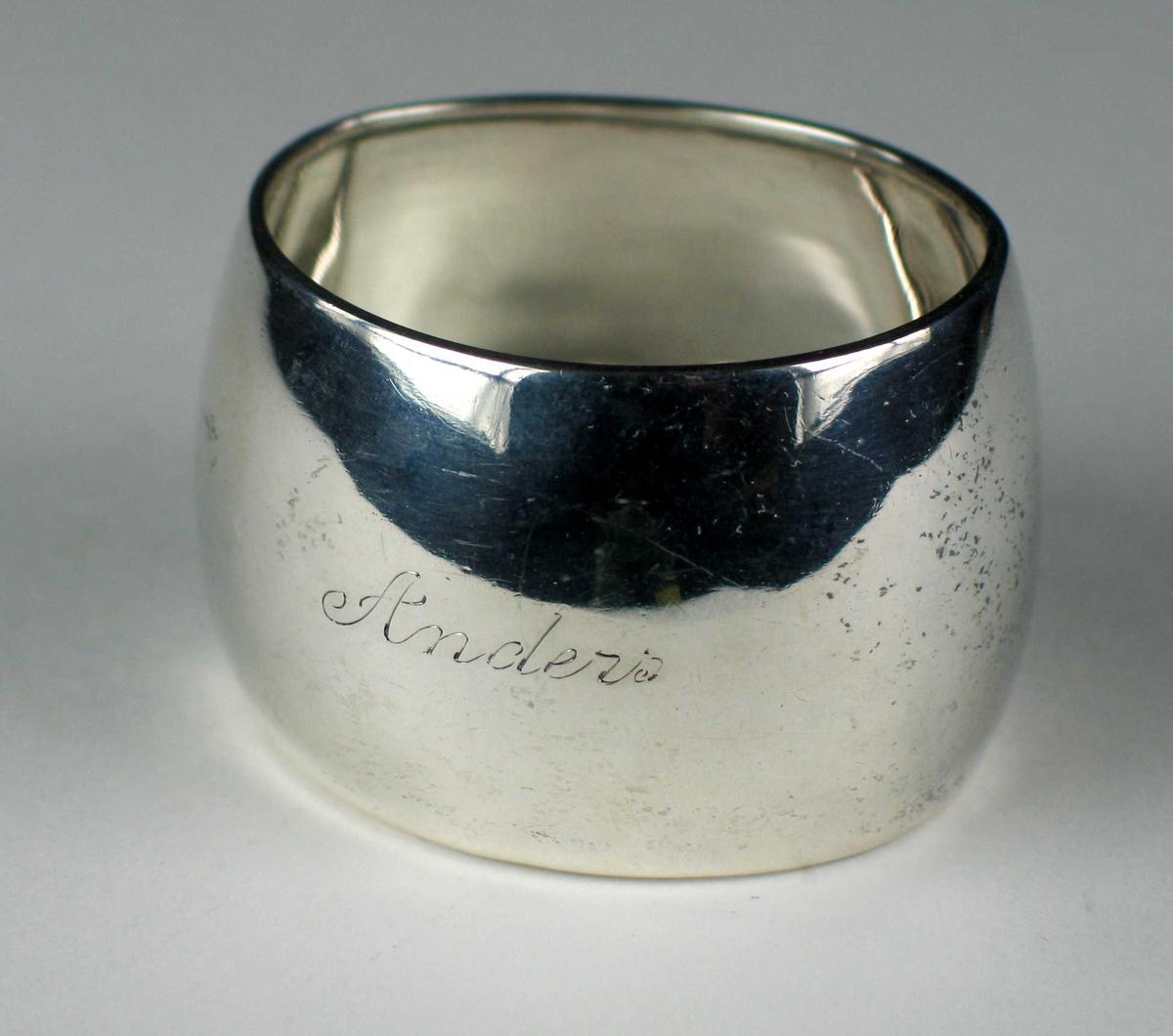 Oval serviettring i sølv uten dekor og inngravert: Anders.