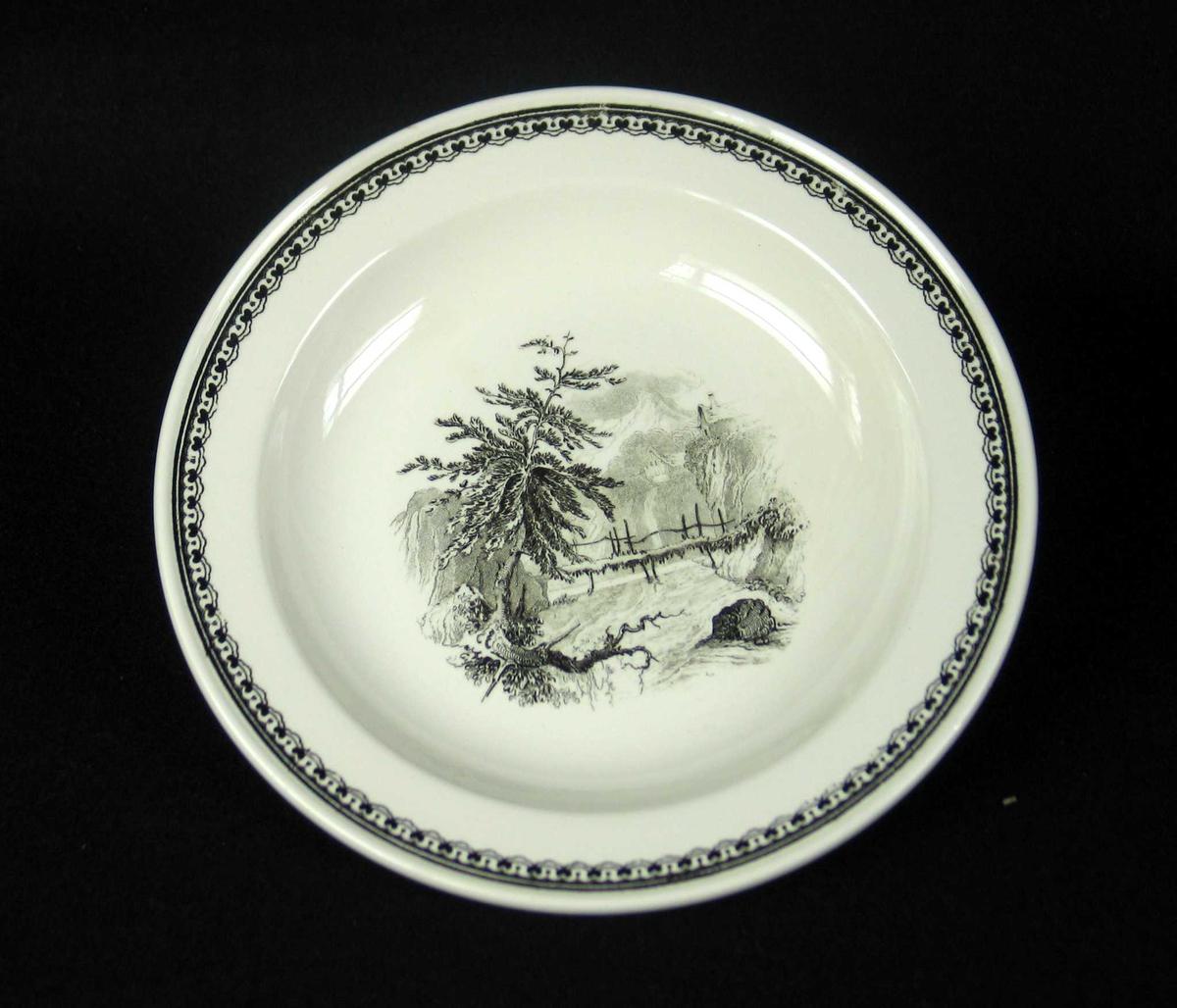 Desserttallerken i benhvit keramikk med sort dekor.