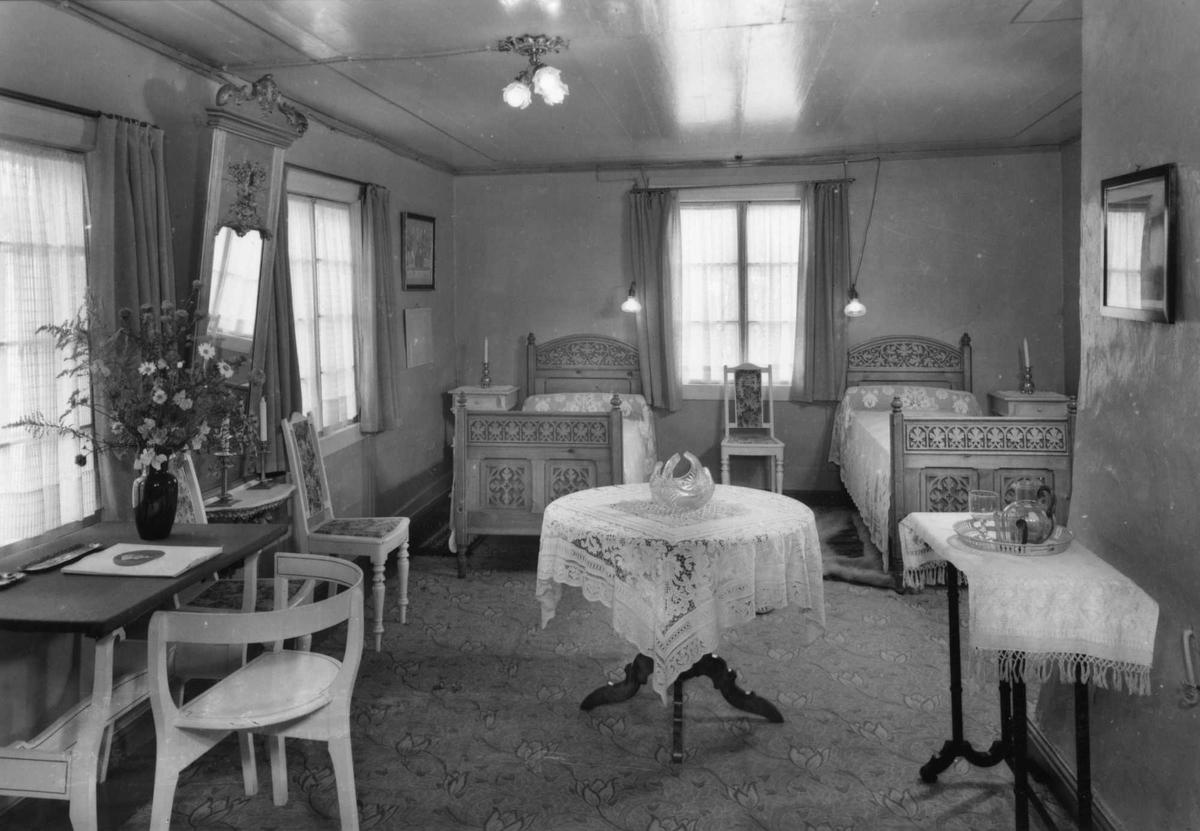 Aulestad, interiør, gjesteværelse, senger, bord, speil, postkort,