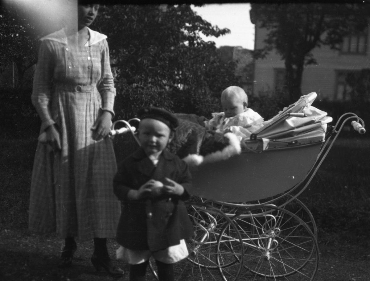 Kvinne, barn, barnevogn,