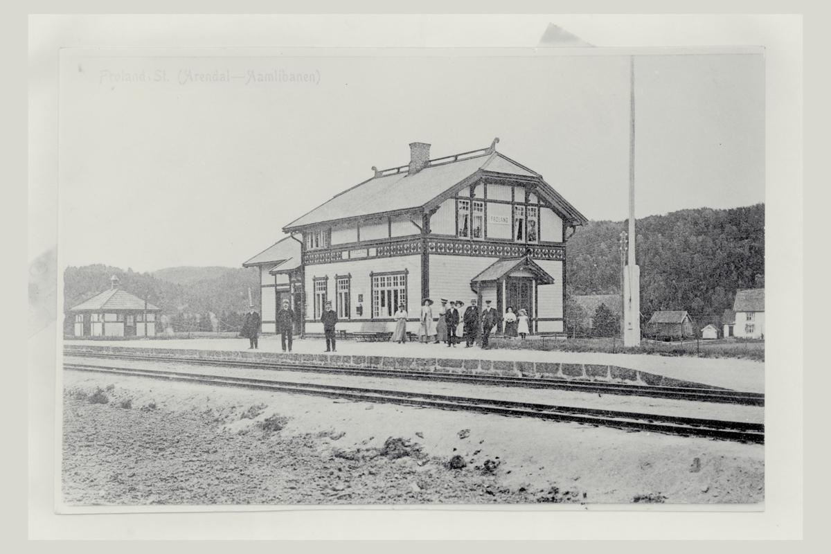 eksteriør, poståpneri, 4820 Froland, jernbanestasjon, mennesker, Arendal-Aamli banen