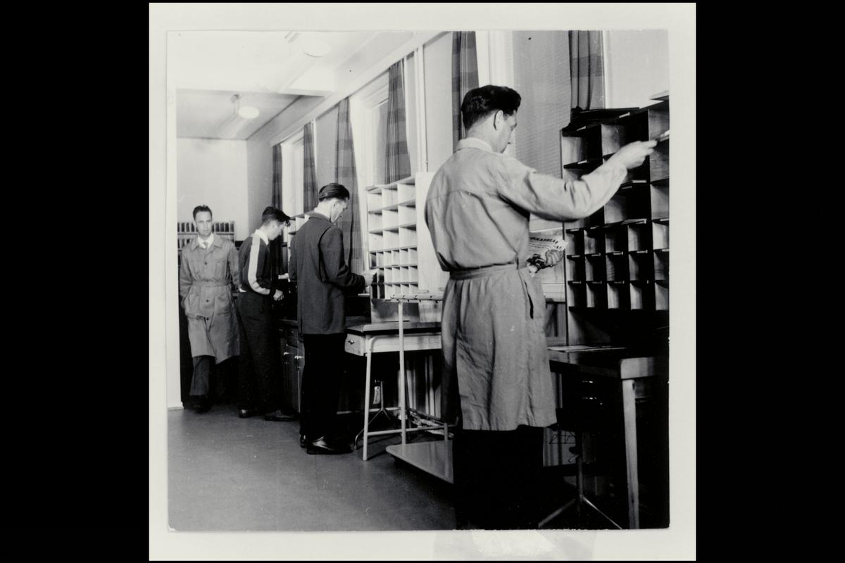 interiør, brevavdelingen, 4 mann, sortering av post, sorteringshyller