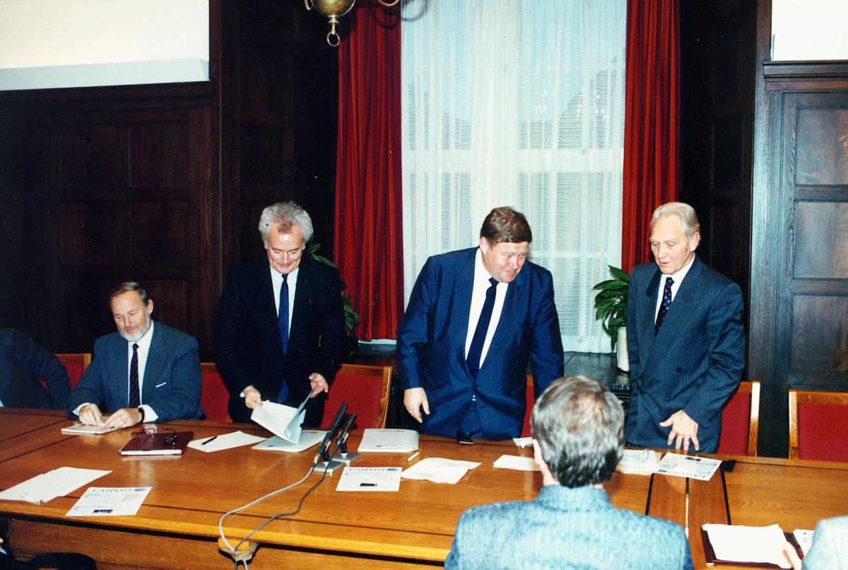 posthistorie, UNIPOST - avtale, underskrivning av avtalen, fem menn