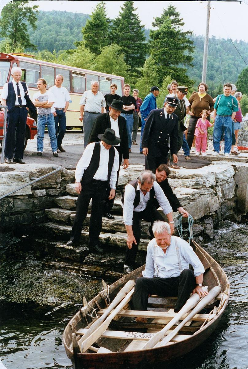 postjubileum, Postens 350 års jubileum, postjubileum '97, Postskyssen '97, postbåten sjøsettes fra Fonnebostsjøen brygge - Lindås, båten ligger på vannet