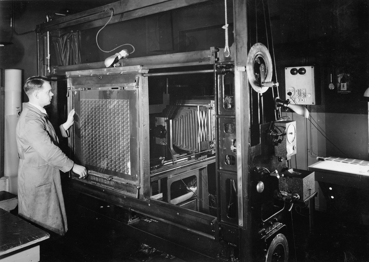 frimerketrykking, Emil Moestue A/S, gammel step-maskin, fotografisk repetering, 1 mann
