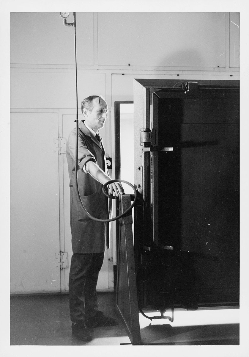 frimerketrykking, frimerkeproduksjon hos Emil Moestue A.S., dyptrykk, rasterdyptrykk, trykking av NK 696, 80 øre Glede / Ungdom og fritid, formbelysning av gelatinbelegget