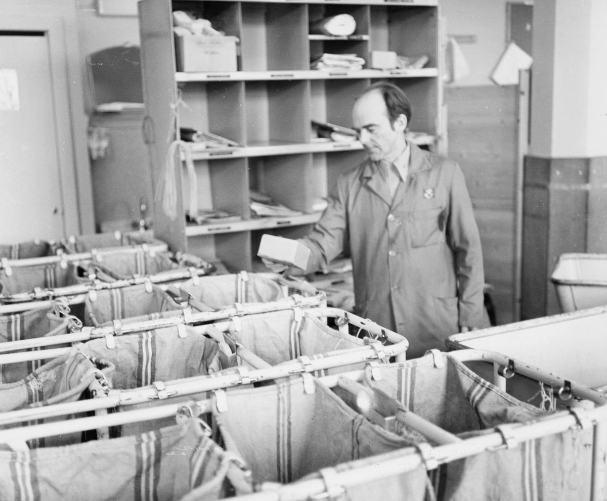 postbehandling, sortering, sorteringsreol, sekkestativ, mann