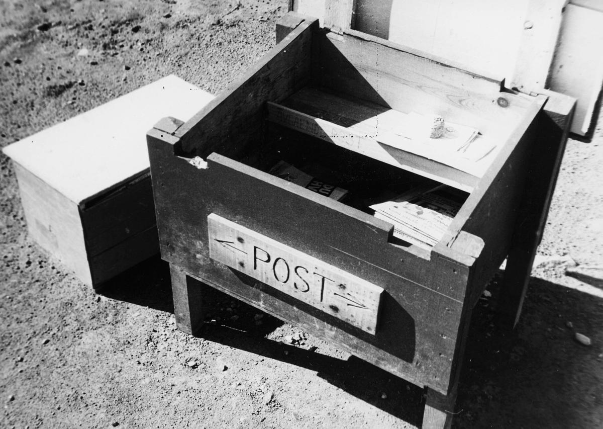 postkasser, offentlig, depot, åpen, med post i, står på bakken, eksteriør