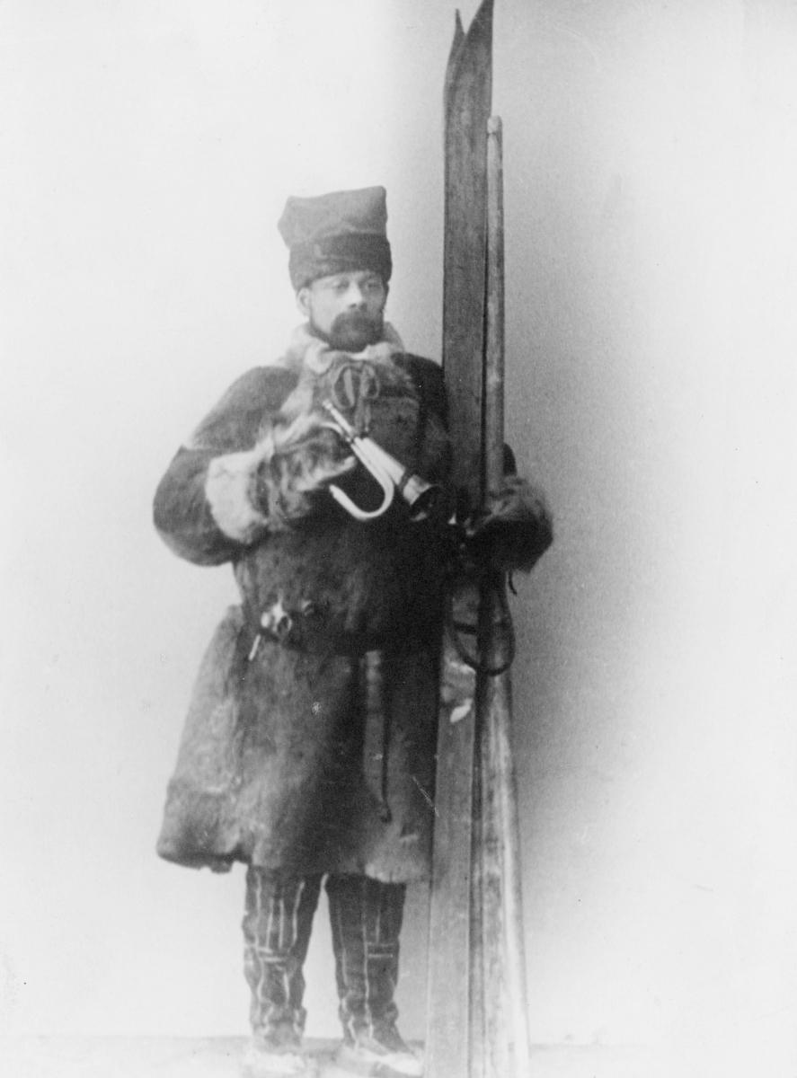 person, postfører J. Johannessen, interiør, posthorn