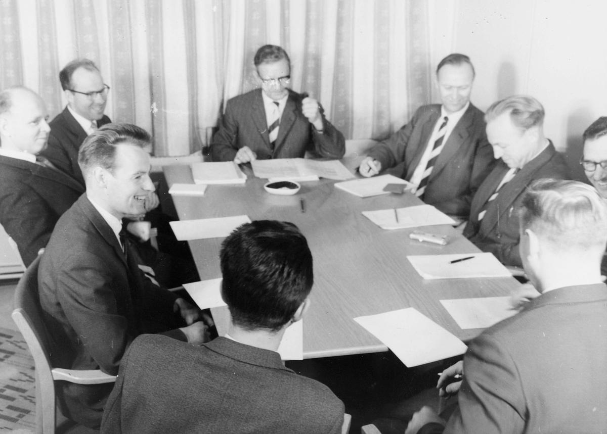 postskolen, 9 menn, møterom, interiør