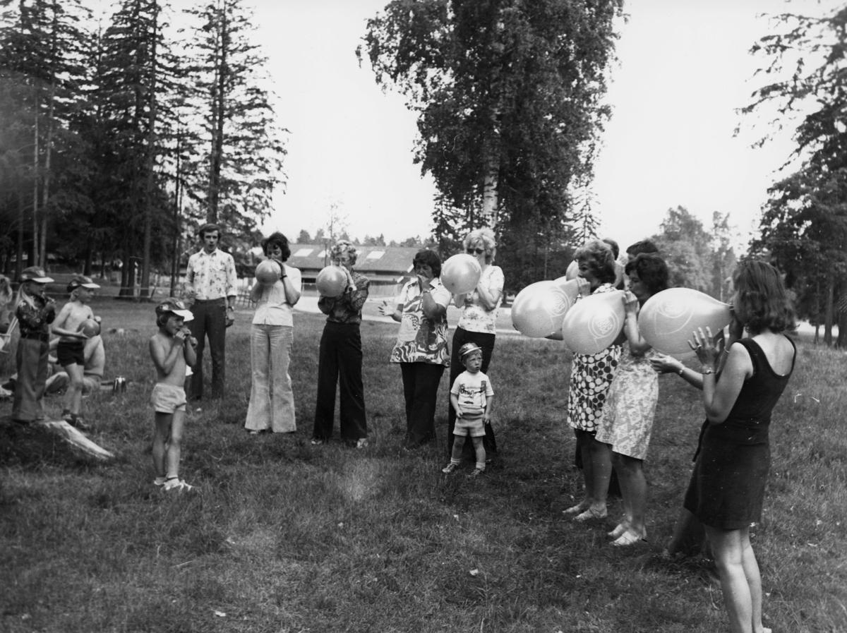 velferd, Ekeberg, Oslo, damer, 1 mann, barn, blåser ballonger, eksteriør
