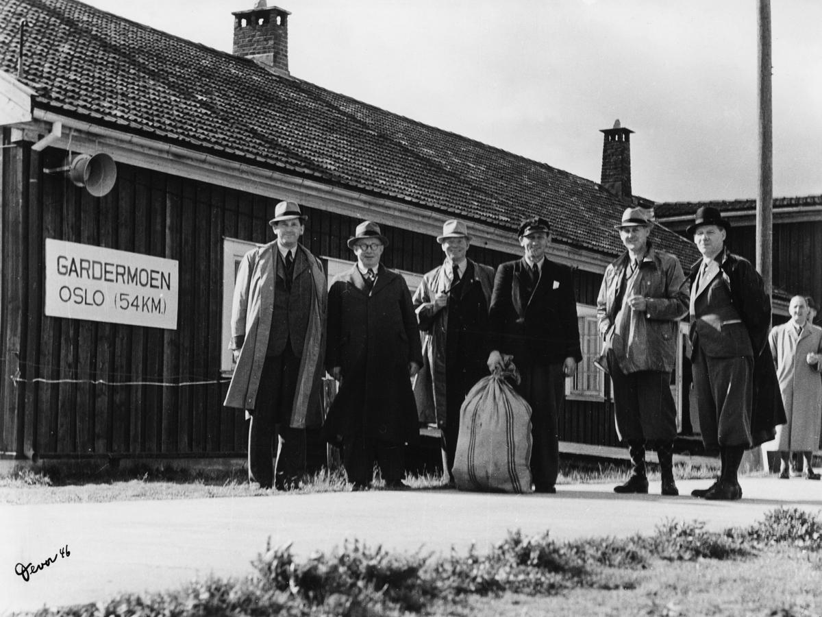 gruppebilde, Gardermoen flyplass, postverkets folk, 6 menn, postsekk