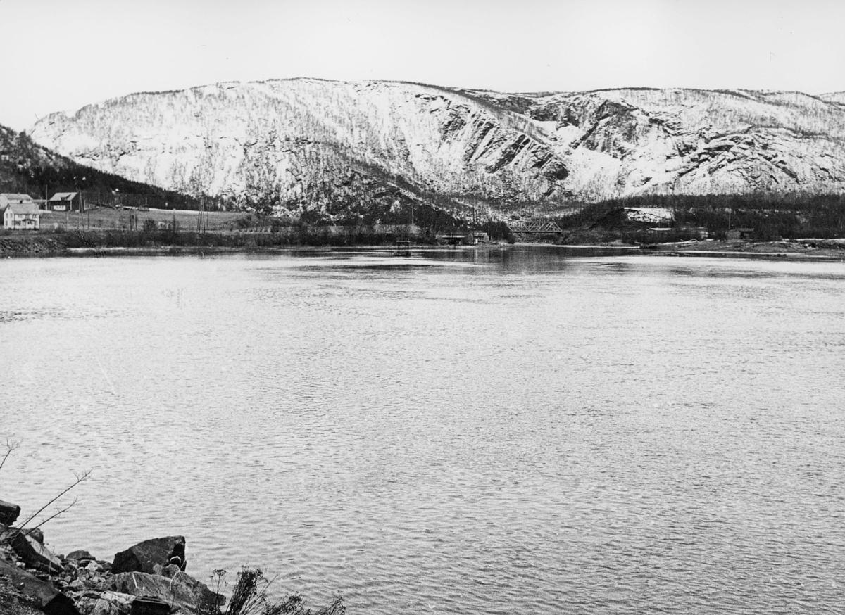 norgesbilder, 8230 Sulitjelma, vann, Hjemgamstrømmen, hus