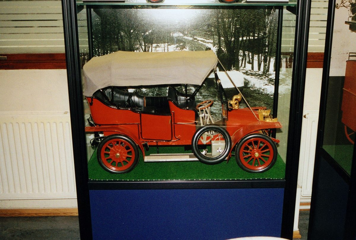 Postmuseet, utstilling, postbil utstilt i et monter