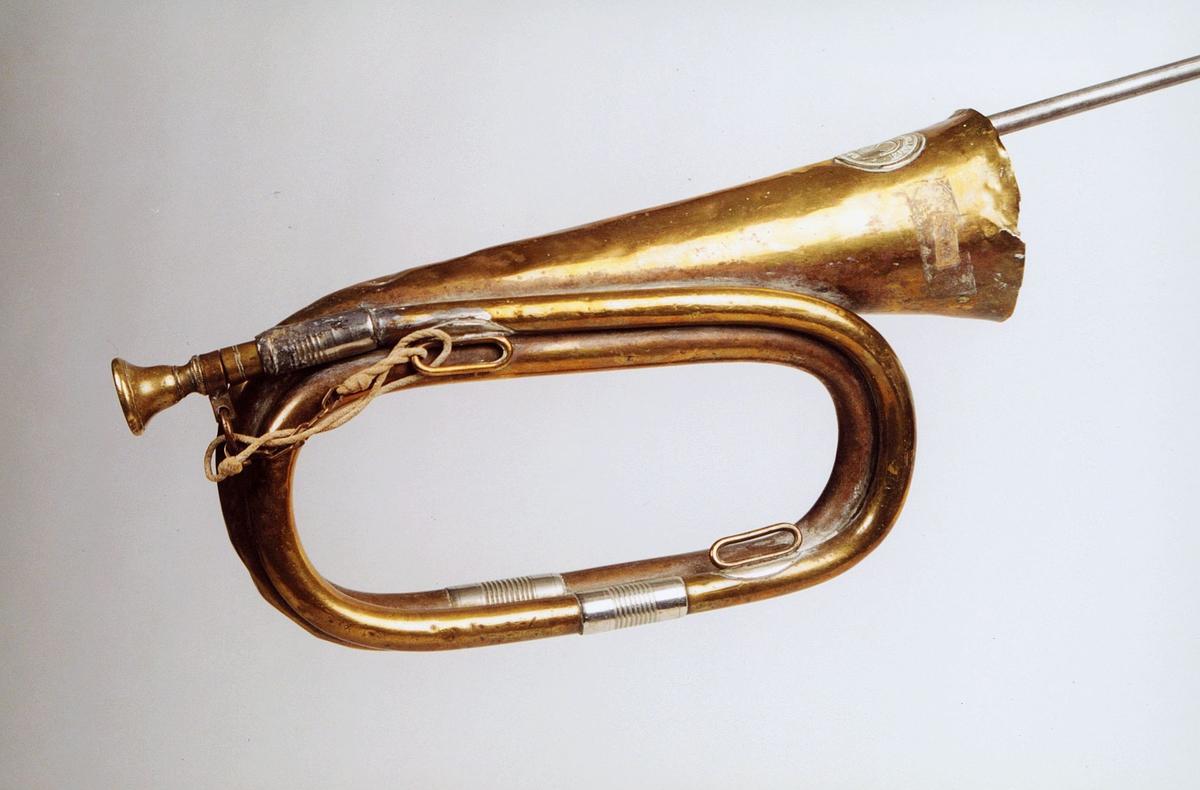 Postmuseet, gjenstander, posthorn, trompettype, hyssing, sprukket i tuten.