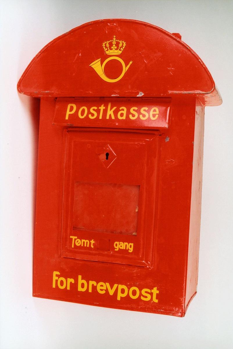 Postmuseet, gjenstander, postkasse, brevkasse, nøkkelhull, med plakat, vindu for antall ganger kassen er tømt, posthorn med krone (postlogo), Postkasse Tømt - gang for brevpost, fra før 1956.