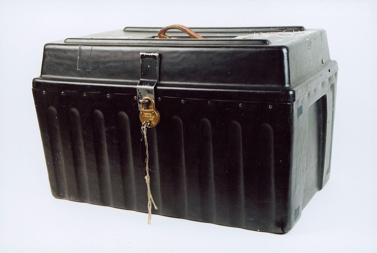 Reiseskrin med hengelås og nøkkel. Laget i sort plast og brukes ved postekspedisjonene til oppbevaring av stempler, signeter, sakser, plombetenger o.l. Skrinet kan også brukes i bipostruter når det ikke hensiktsmessig lar seg gjøre å innrede låsbare rom, og det på grunn av mye verdipost ikke er hensiktsmessig med låsbar veske. FK 313.97 ex 1 ex 2 ex 3 - har ikke hengelås ex 4 - har ikke hengelås .