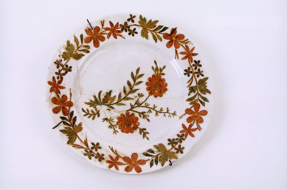 postmuseet, gjenstander, tallerken dekorert med blomster laget av frimerker