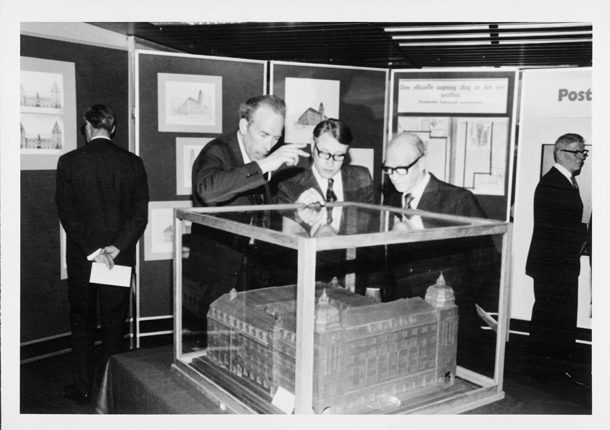 markedsseksjonen, Oslo postgård 50 år, utstilling, modell i monter, 3 menn, byhistorie