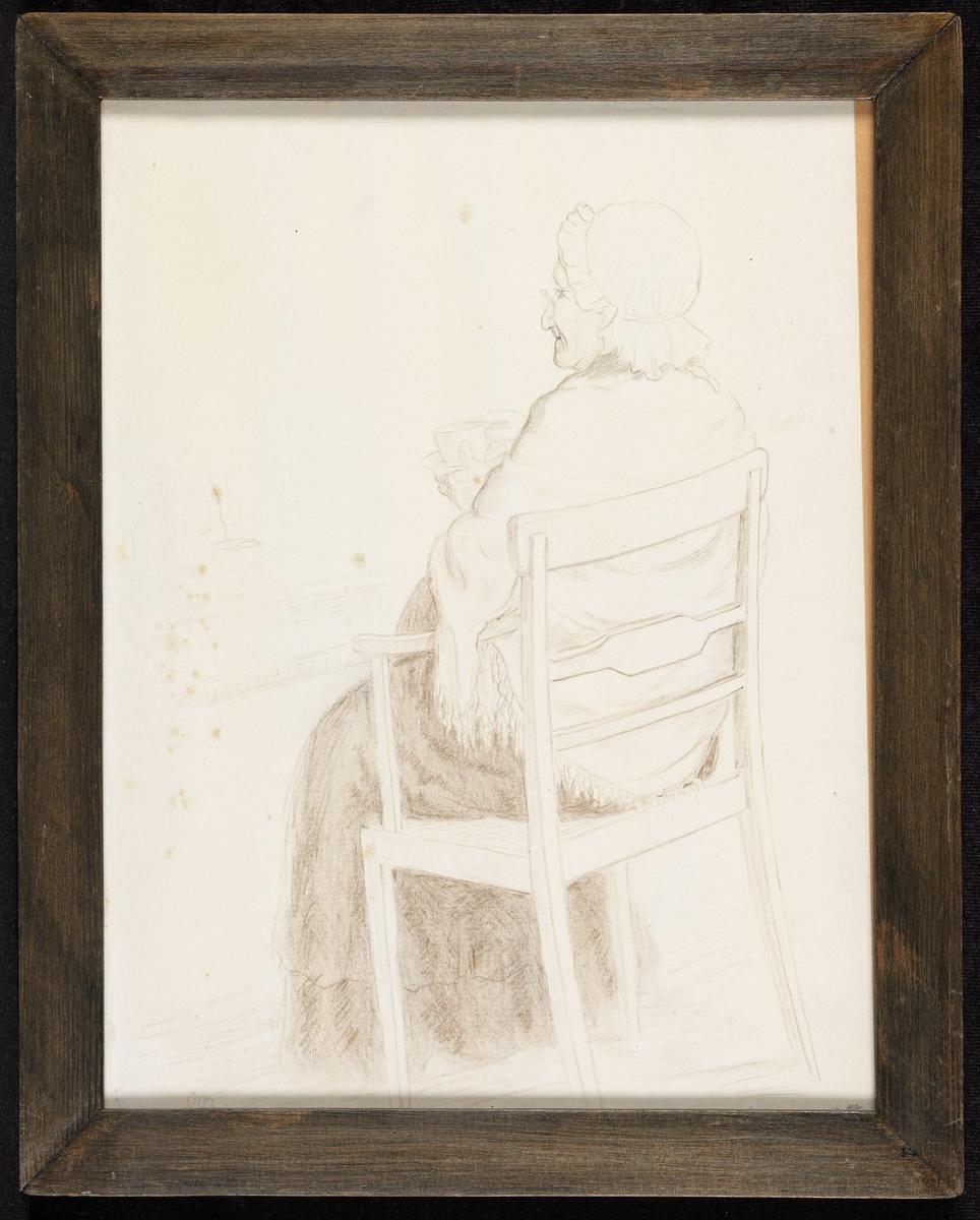 Gammel kv., sittende i stol, sett bakfra, venstrev., kopp i hendene, hodekappe, sjal