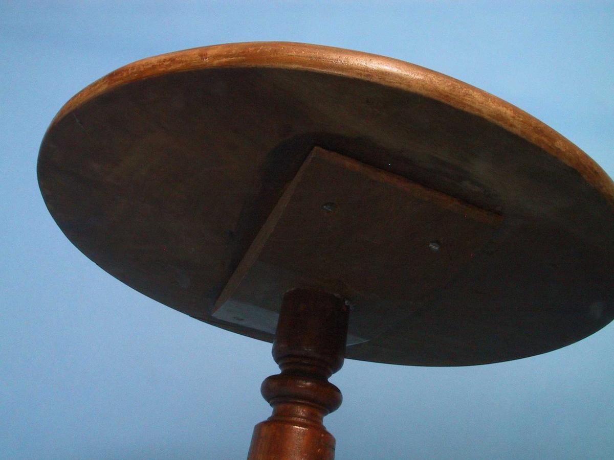 """Blomsterbord.Frivaktsarbeid. Mahogny. Kraftig dreid   baluster  (minner om trappegelendere om bord?). 3 lave buede, flate """"englevingeformede"""" bøtter. Balustren er  kraftigere, føttene mindre enn vanlig på  tilsvarende bord. Sirkulær plate."""