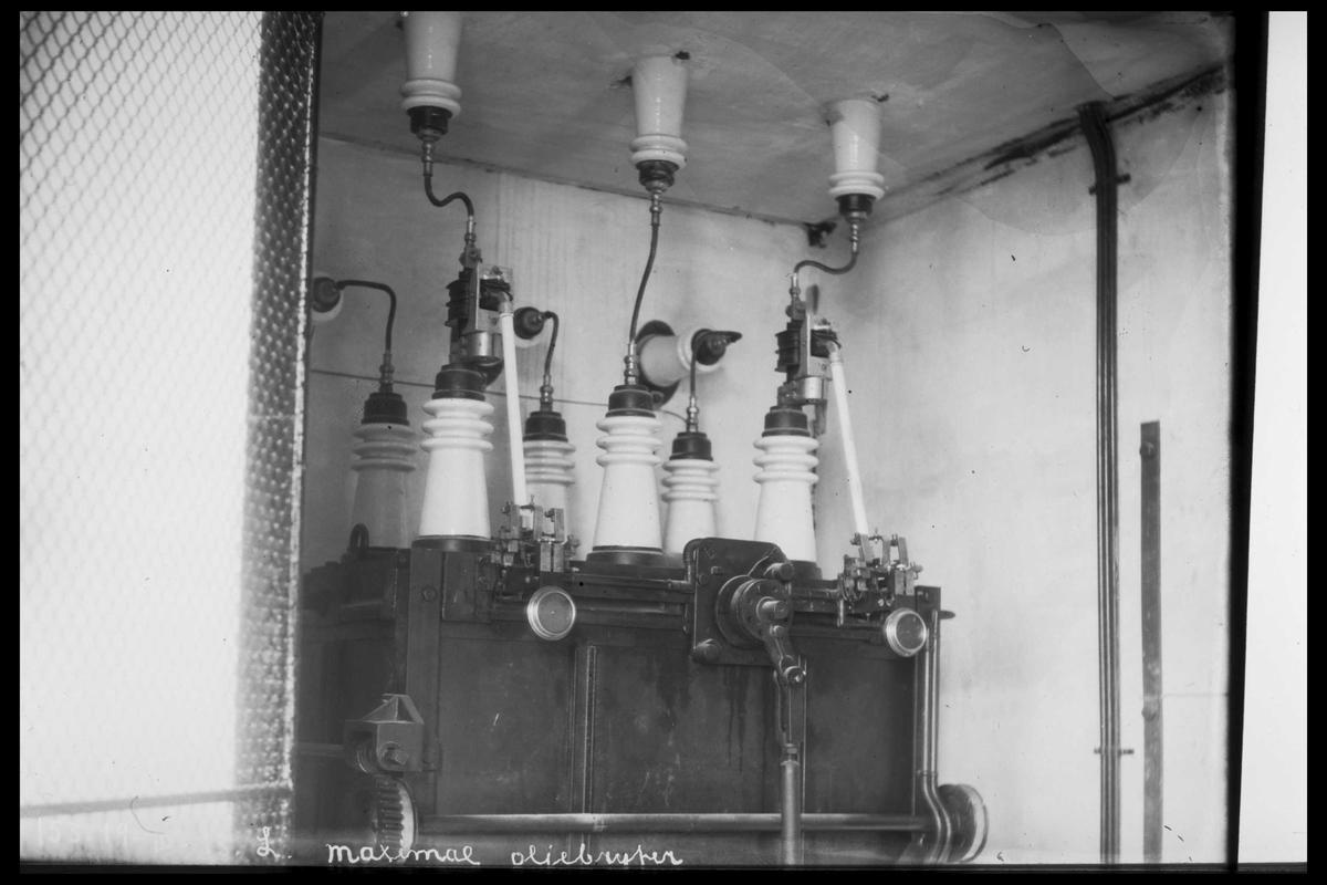 Arendal Fossekompani i begynnelsen av 1900-tallet CD merket 0010, Bilde: 14 Sted: Bøylefoss kraftstasjon i 1913 Beskrivelse: 35 000 volts oljebryter