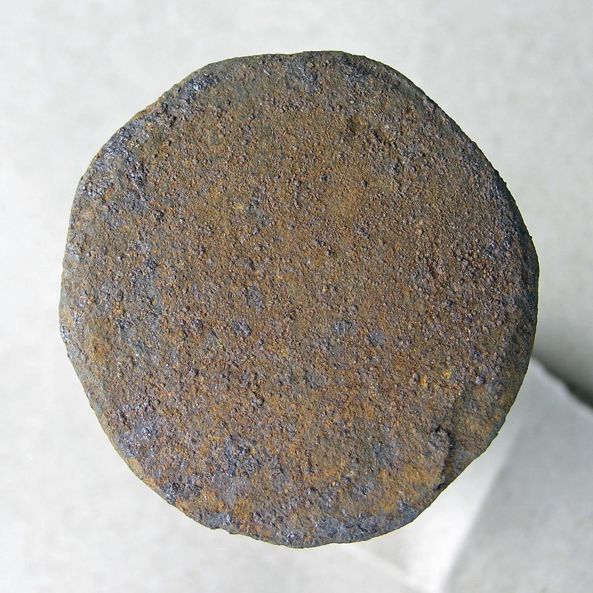 Dor beregnet til å slå hull i varmt jern med. Jernet som det skal lages hull i legges enten over et hull i ambolten/smisteet eller over et jernstykke med huller i (lokkskive).  Noe rust.