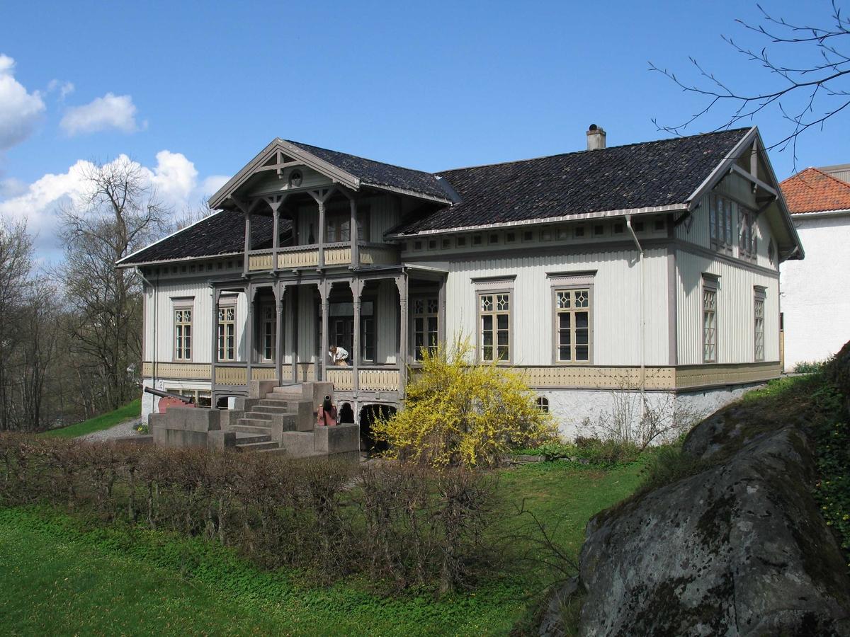 Langsæ gård, våningshuset. eksteriør sett fra V. Blomstrende gul busk.