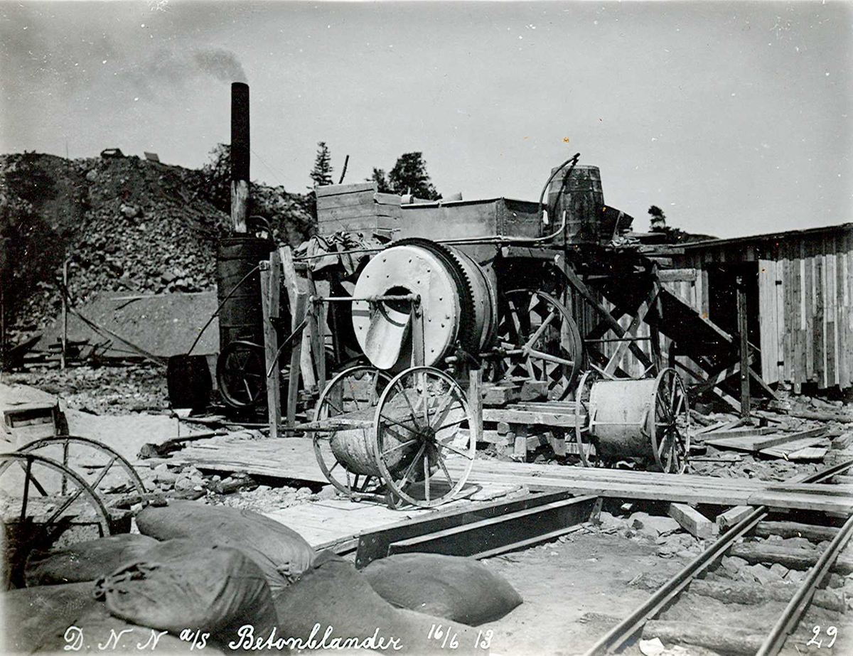 """""""16/06-1913"""" Nitriden. Dampmaskindrevet betongblander. Betongtraller med store hjul."""