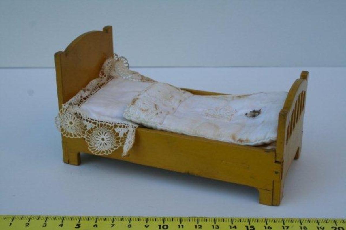 Enkeltseng med høy, buet gavl i hodeenden. Lavere, buet gavl med gjennombrutte felter i fotenden. Originalt sengetøy bestående av madrass, pute og dyne.