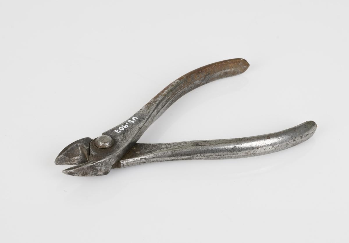 Avbitertang av jern. Håndverksredskap.