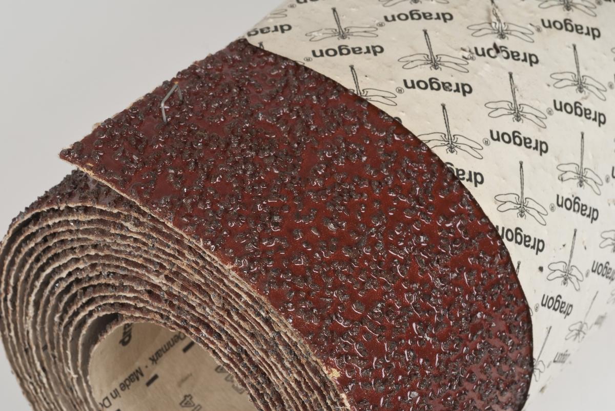 Slipepapir i rull. Fargen på slipepapirer er brunt.