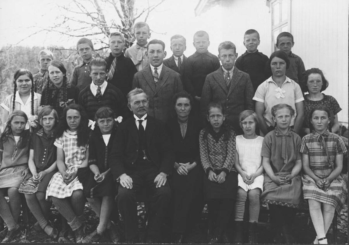 Lærer Smestad med frue, og elever ved Siggerud skole.