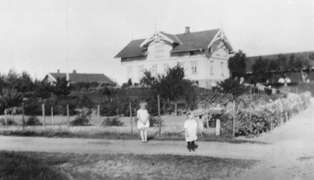 Bøhler gård med Ella og Olaug Ruud på vegen foran.