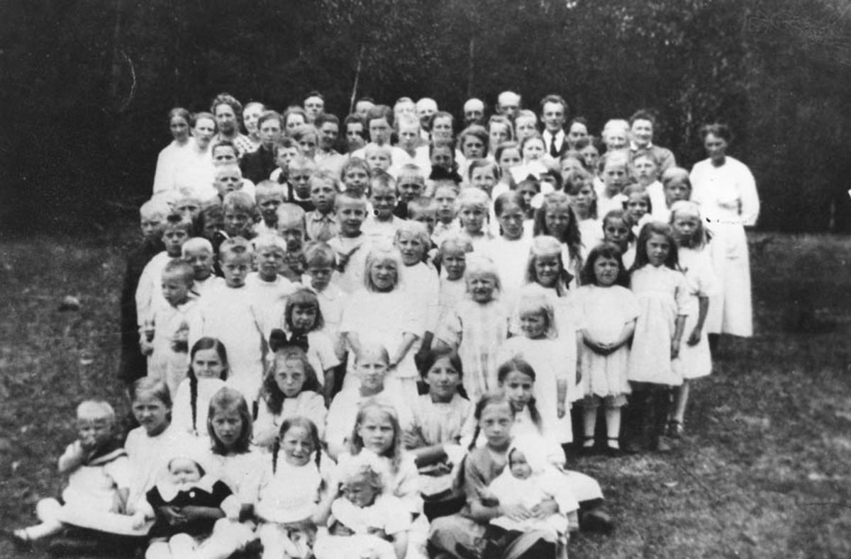 Mange barn og voksne på utflukt til Solbergsletta.