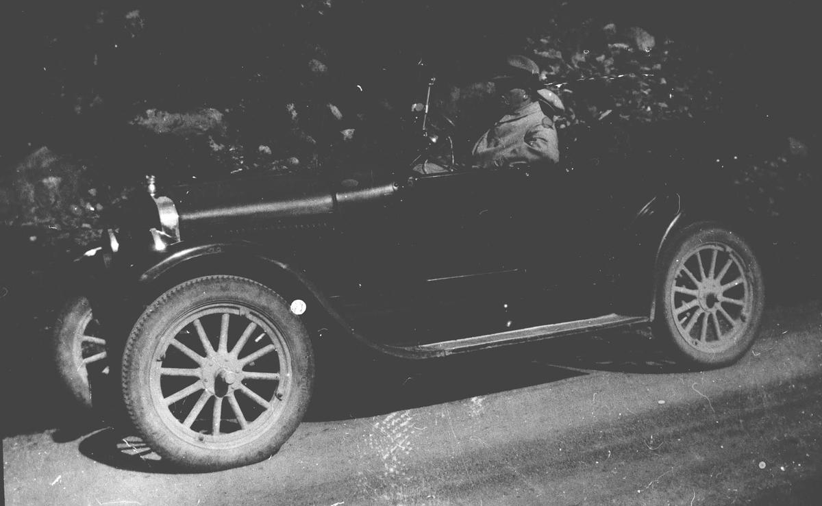 Sogneprest Leganger med sin Ford