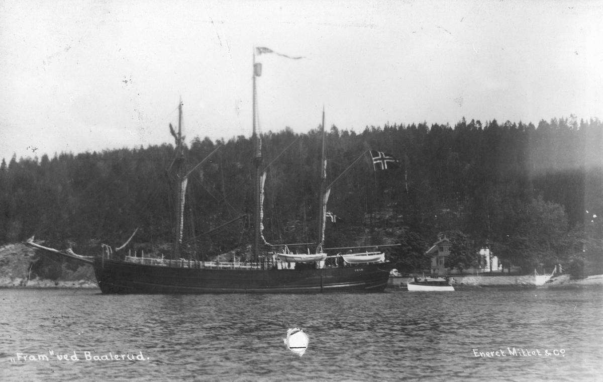 """Colin Archer-skøyta """"Fram"""" ved Baalerud, foran Roald Amundsens hjem."""