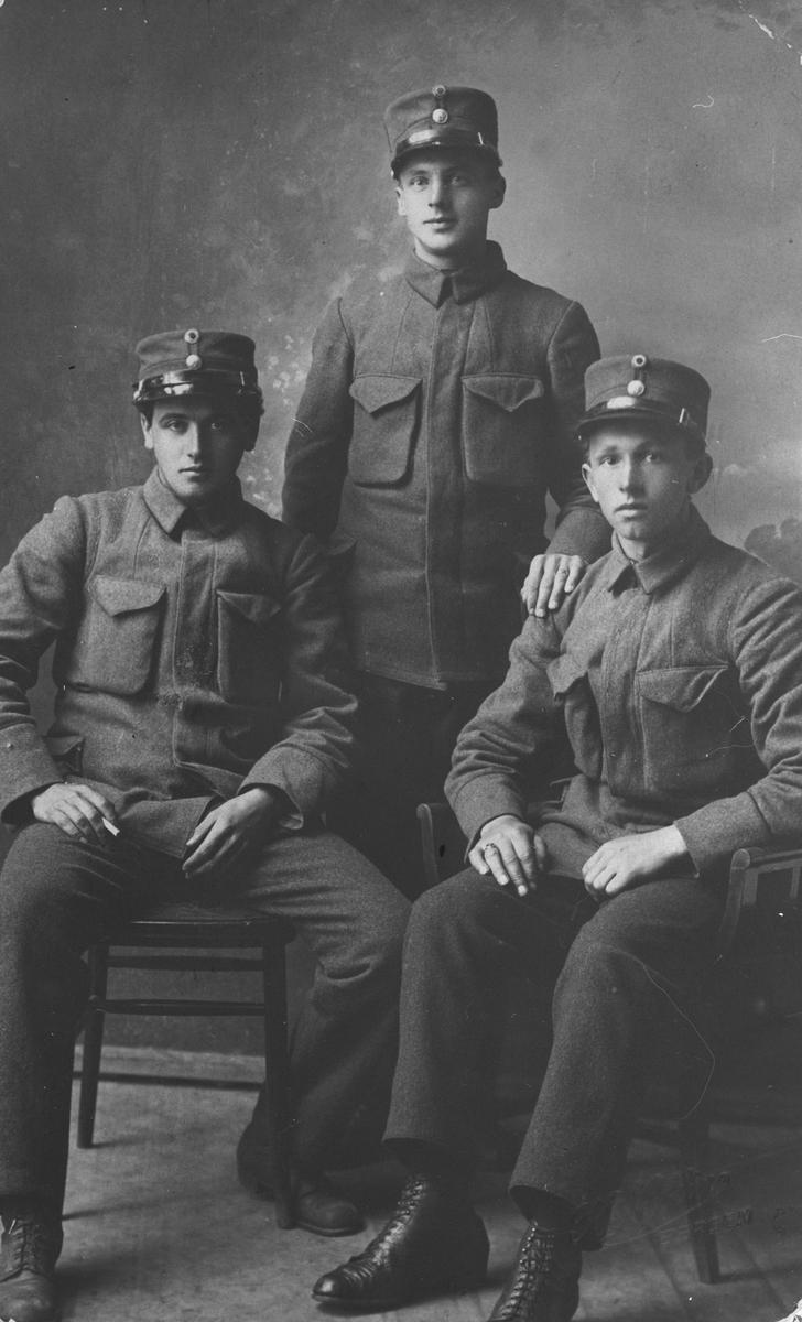 Tre menn i militæruniform, sutidofoto