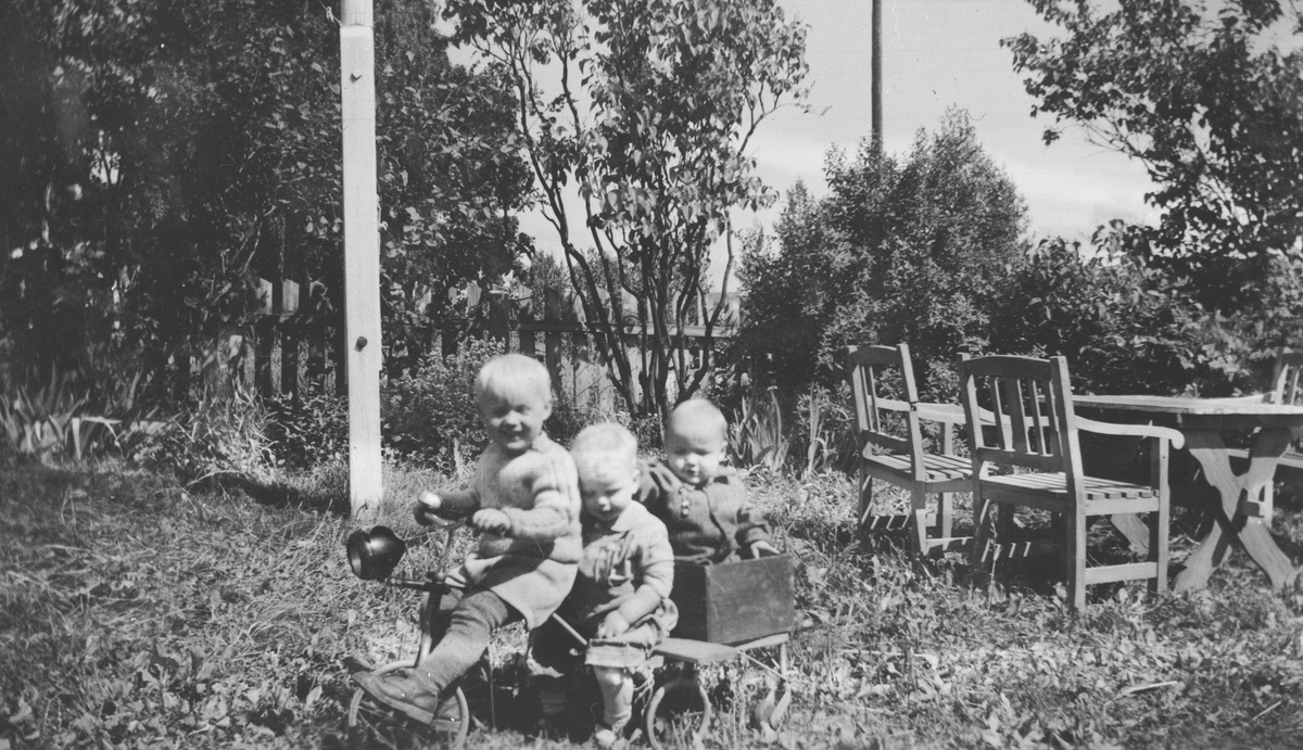 Barn leker i haven.
