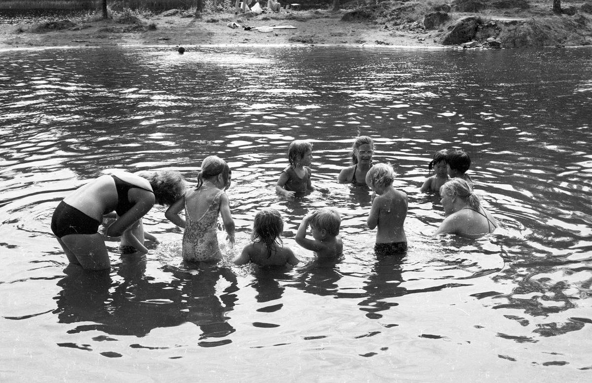 Myrdammen i Rælingen Badeplass To voksne og mange barn, svømmekurs