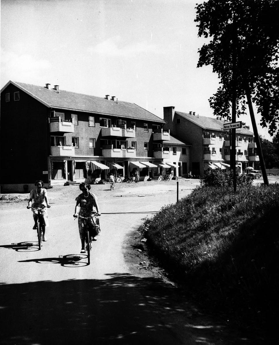 To kvinner sykler utenfor Fjellhamarvn.56 i Fjellhamar sentrum.