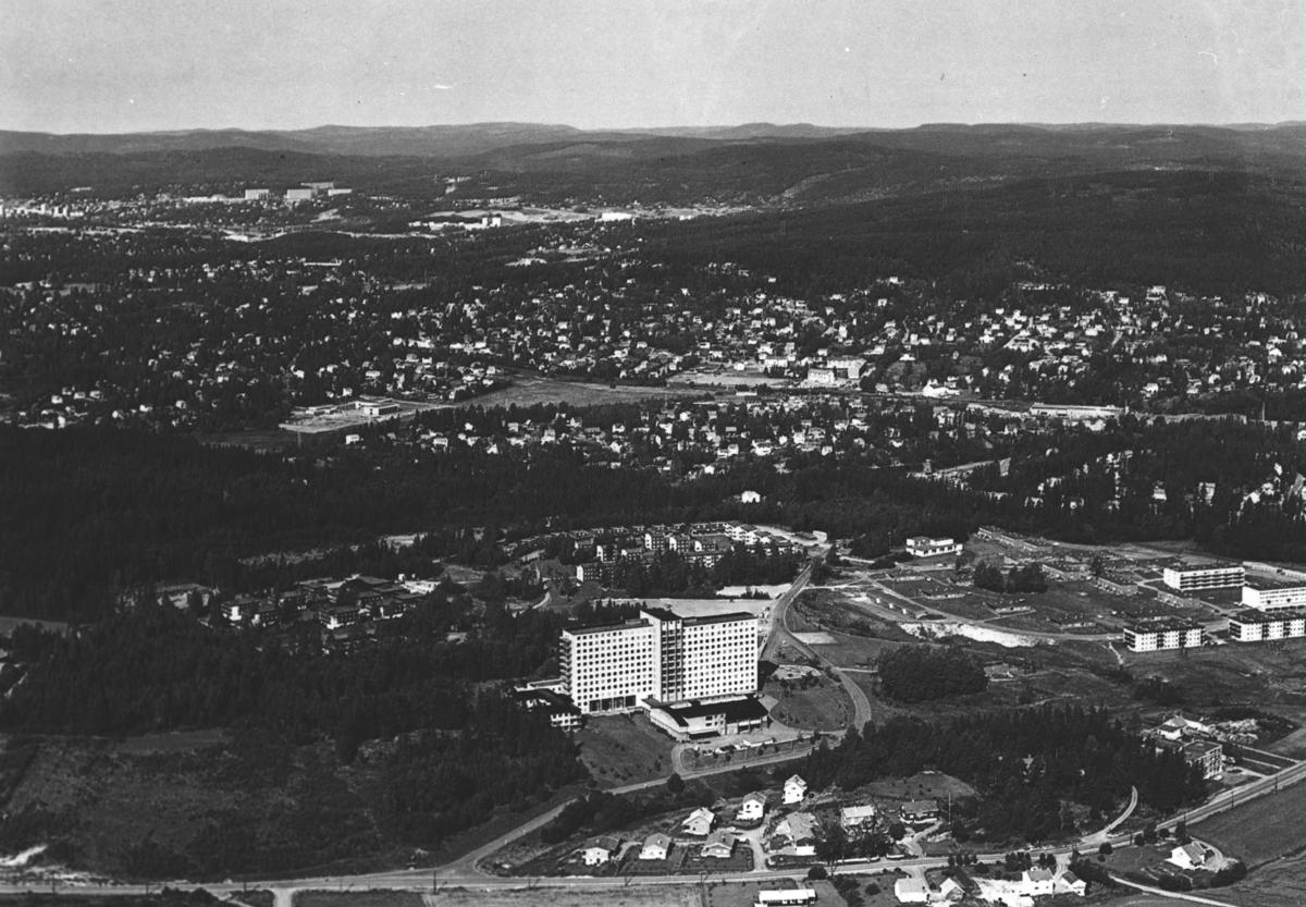 Flyfoto av Sentralsykehuset i Akershus med sentralblokka og boliger for ansatte.
