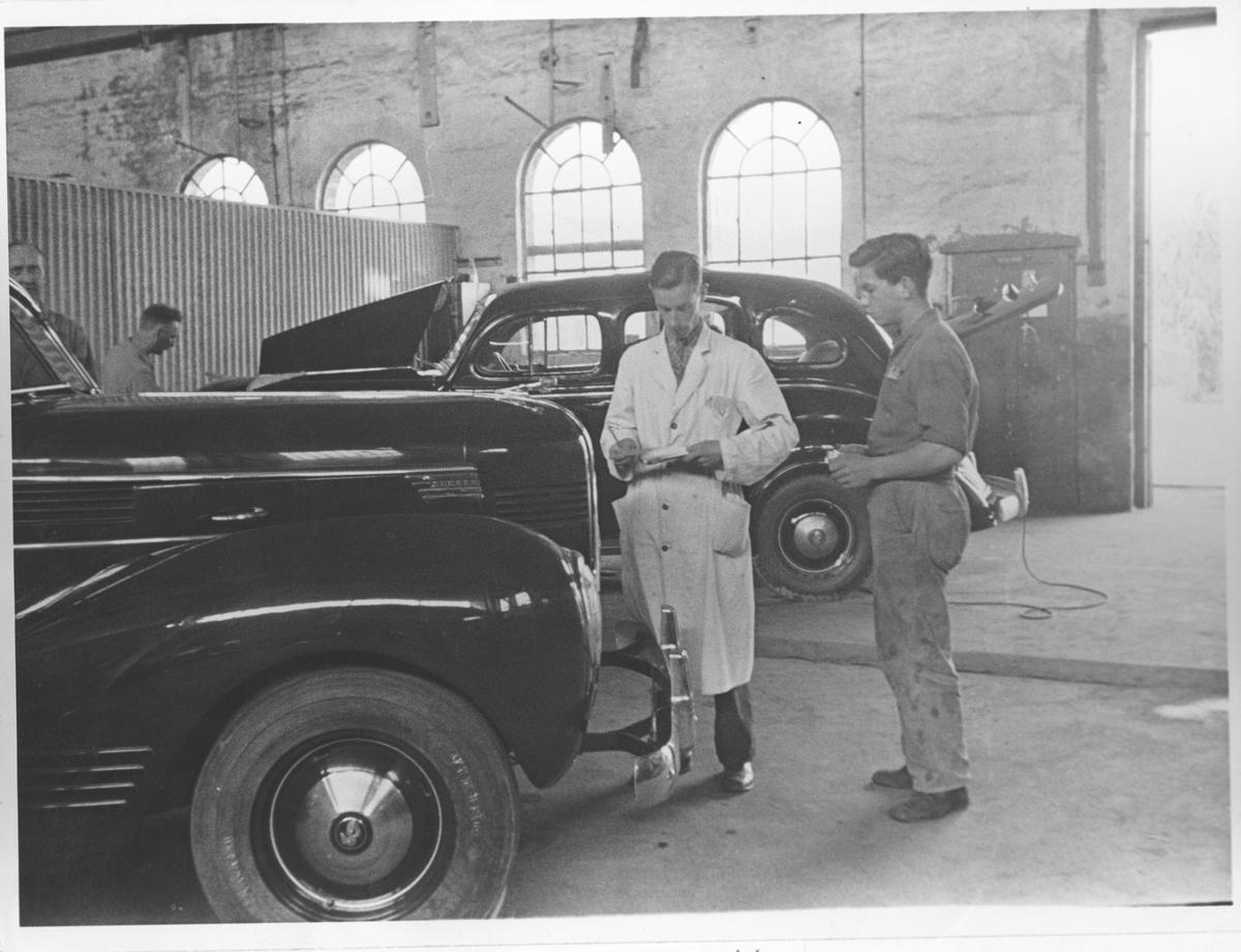 Formann Wilhelm Olsen og én arbeider i monteringhallen.